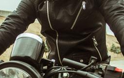Kleine Grafik zum Thema Motorradjacken mit einem Motorradfahrer, der eine schwarze Lederjacke trägt