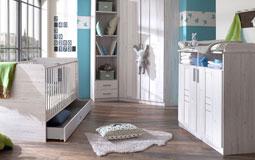 Kleine Grafik zum Thema Babyzimmer mit weißen Möbeln und hellblauer Tapete
