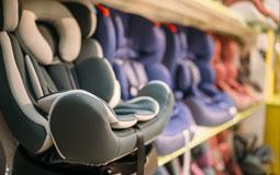 Kleine Grafik zum Thema Kindersitz mit mehreren Kindersitzen in einem Regal