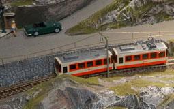 Kleine Grafik zum Thema Modelleisenbahn mit einer Bahn in Spur N in Gebirgskulisse