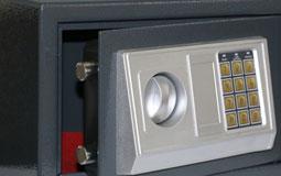 Kleine Grafik zum Thema Tresore mit einem grauen, geöffneten Safe