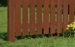 Kleine Grafik zum Thema Garten mit einem dunkelbraunen Gartenzaun aus Holz