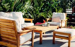 Kleine Grafik zum Thema Loung-Set mit zwei Frauen, die auf einer Terrassen-Lounge sitzen und eine davon Gitarre spielt