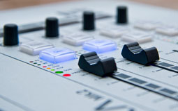 Kleine Grafik zum Thema DJ Mixer mit einem weißen Mischpult