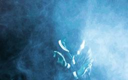 Kleine Grafik zum Thema Nebelmaschinen mit einem Musiker inmitten von viel Nebel