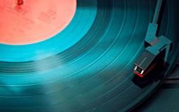 Kleine Grafik zum Thema Plattenspieler mit einer blauen Schallplatte