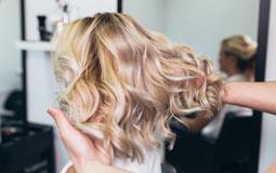 Kleine Grafik zum Thema Beauty mit einer Frau, die ihre Haare gewaschen bekommt