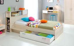 Kleine Grafik zum Thema Kinderzimmer - Bett mit bunten Kissen in Kinderzimmer