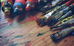Kleine Grafik zum Thema Kunst mit bunten, benutzten Pinseln