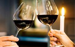 Kleine Grafik zum Thema Rotwein mit zwei anstoßenden Rotweingläsern