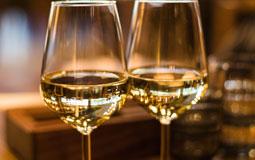 Kleine Grafik zum Thema Weißwein mit zwei glänzenden Weißweingläsern
