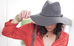 Kleine Grafik zum Thema Damenmode mit einer Frau mit großem, grauen Hut