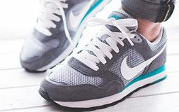 Kleine Grafik zum Thema Damenschuhe mit grauen Laufschuhen von Nike