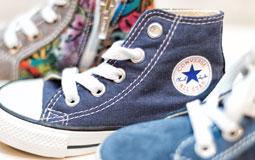Kleine Grafik zum Thema Kinderschuhe mit einem kleinen Converse Chuck in Jeans-Optik
