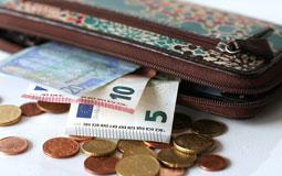 Kleine Grafik zum Thema Modeaccessoires mit einem gepunkteten Portemonnaie, Cent-Münzen und Geldscheinen