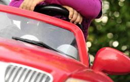 Kleine Grafik zum Thema Spielzeug mit einem roten Audi TTS Roadster Kinderauto