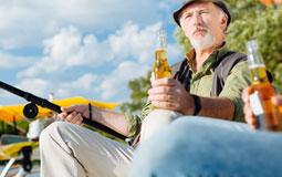 Kleine Grafik zum Thema Angeln mit einem Mann, der eine Angelroute und ein Bier hält