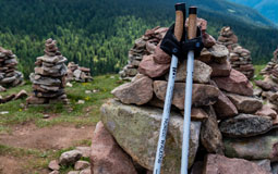 Kleine Grafik zum Thema Nordic Walking mit Nordic Walking Stöcken, die an einem Steinhaufen lehnen