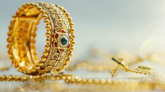 Kleine Grafik zum Thema Goldschmuck mit Goldring und Goldketten