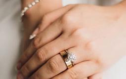 Kleine Grafik zum Thema Damenschmuck - Frauenhand mit mehreren Armbändern