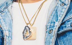 Kleine Grafik zum Thema Herrenschmuck - Mann mit goldenen Ketten
