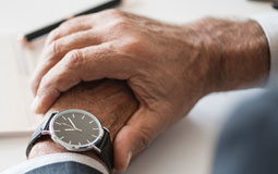Kleine Grafik zum Thema Herrenuhr mit einer klassischen Armbanduhr an einem männlichen Handgelenk