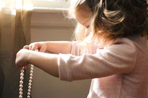 Kleine Grafik zum Thema Kinderschmuck - Asiatisches Mädchen mit silbernem Diadem-Haarreif im Haar