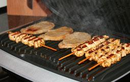 Kleine Grafik zum Thema Kontaktgrill mit Fleisch und Gemüse auf einer Grillplatte