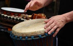 Kleine Grafik zum Thema Musikinstrumente mit Händen, die trommeln