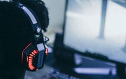 Kleine Grafik zum Thema Gaming mit einem rot leuchtenden Headset