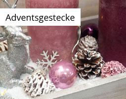 Kleine Grafik zum Thema Weihnachtsdeko mit einem rosa Adventsgesteck und einem silbernen Hirsch