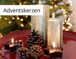 Kleine Grafik zum Thema Weihnachten mit Adventskerzen in Sternenform und kleinen Tannenzapfen auf einem roten Tablett