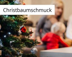 Kleine Grafik zum Thema Christbaumschmuck mit einem Weihnachtsbaum im linken Vordergrund und Familie mit Kleinkind im Hintergrund