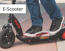 Kleine Grafik zum Thema E-Scooter mit einem schwarzen, elektrischen Scooter von Razor auf dem eine Person mit schwarzen Schuhen fährt