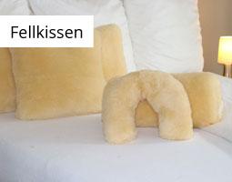 Kleine Grafik zum Thema Fellkissen mit einem Bett auf dem medizinische Lammfellkissen liegen