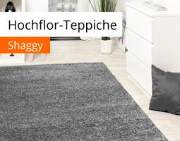 Kleine Grafik zum Thema Wohnen mit einem grauen Hochflor-Teppich in einem hellen Zimmer mit weißen Möbeln