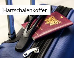 Kleine Grafik zum Thema Reisen mit einem Reisepass, der auf einem dunkelblauen Hartschalenkoffer liegt