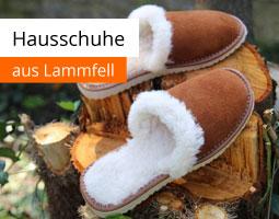 Kleine Grafik zum Thema Hausschuhe mit braunen Hausschuhen aus Lammfell auf einem Baumstamm liegend