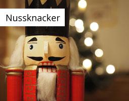 Kleine Grafik zum Thema Weihnachten mit einem roten Nussknacker im Vordergrund