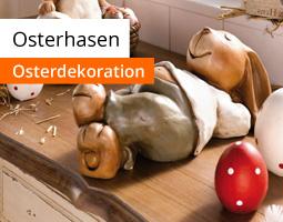 Kleine Grafik zum Thema Ostern mit einem hellen Osterhasen aus Kork auf einem dunklen Holztisch