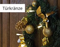 Kleine Grafik zum Thema Weihnachten mit einem grünen Türkranz mit goldenen Elementen an einer dunklen Holztür gehängt