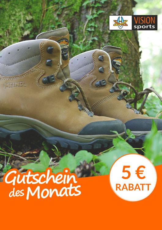 Vibes-Kachel zum Thema Gutschein mit braunen Wanderschuhen der Marke Meindl im Wald liegend