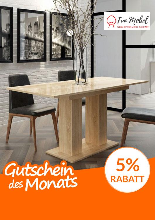 Vibes-Kachel zum Thema Gutschein mit einem hellbraunen Holztisch und schwarzen Stühlen