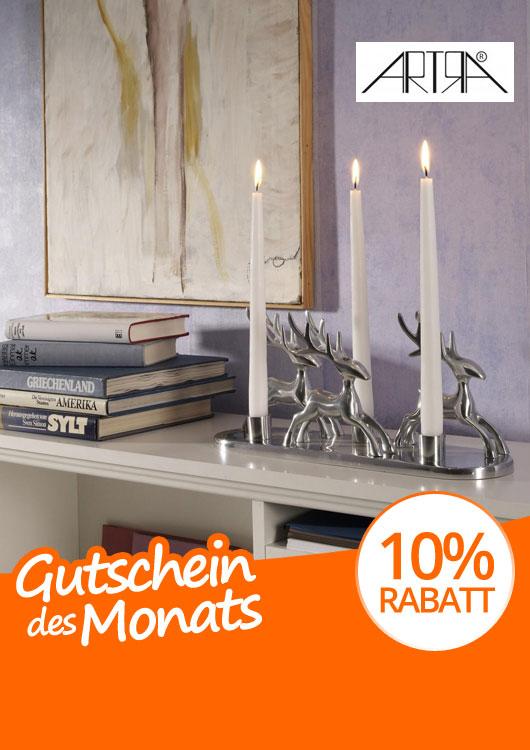 Vibes-Kachel zum Thema Gutschein mit einem silbernen Kerzenhalter in Hirschform auf einem weißen Regal