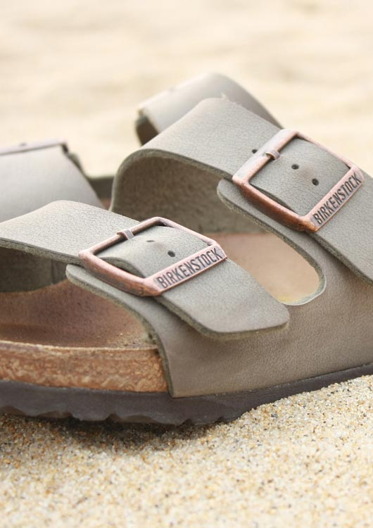 Vibes-Kachel zum Thema Schuhe mit grauen Sandalen der Schuhmarke Birkenstock