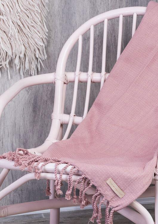 Vibes-Kachel zum Thema Wohnen mit einer rosanen Wolldecke von Bloomingville, die über einem Stuhl liegt