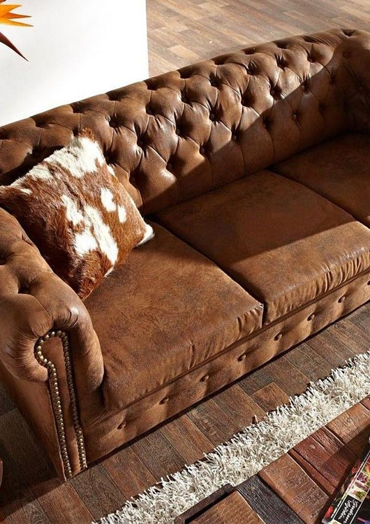 Vibes-Kachel zum Thema Möbel mit einem braunen Chesterfield 3er-Sofa von delife