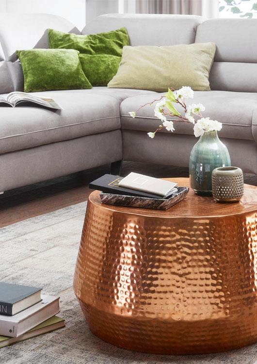 Kupferner, orientalischer Couchtisch im Wohnzimmer