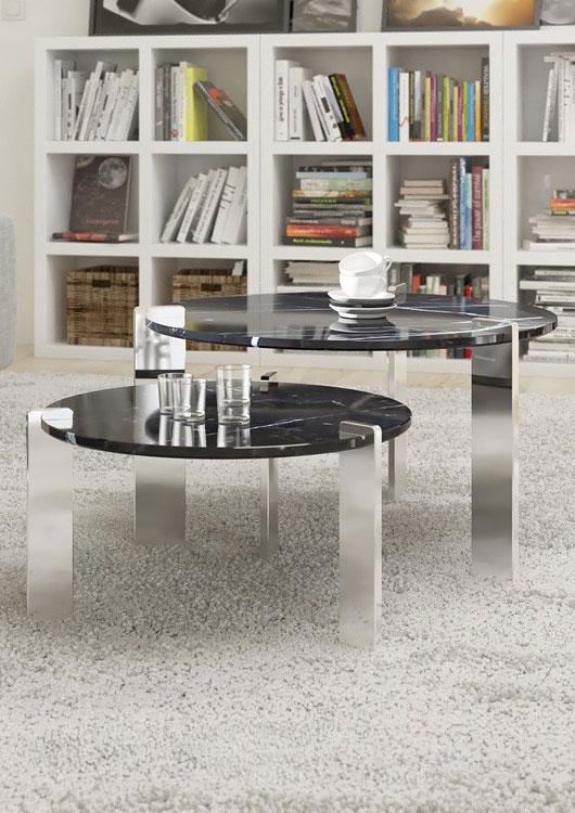 2er Set Couchtische in Marmoroptik mit silbernen Metallbeinen auf einem hellgrauen Teppich stehend