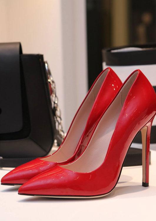 Vibes-Kachel zum Thema Damenschuhe mit roten High-Heels, die auf einem Regal stehen